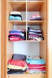 Wandschrank - Garderobe, Kleidung lizenzfreie stockbilder
