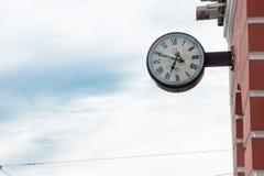 Wanduhr auf der Straße lizenzfreie stockfotografie