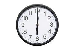 Wanduhr zeigt Zeit 6 Uhr auf weißem lokalisiertem Hintergrund Runde Wanduhr - Vorderansicht Achtzehn Uhr stockbild