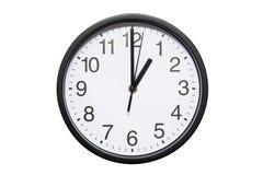 Wanduhr zeigt Zeit 1 Uhr auf weißem lokalisiertem Hintergrund Runde Wanduhr - Vorderansicht Dreizehn Uhr lizenzfreie stockfotografie