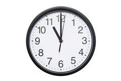 Wanduhr zeigt Zeit 11 Uhr auf weißem lokalisiertem Hintergrund Runde Wanduhr - Vorderansicht Elf O-` Uhr lizenzfreie stockfotografie