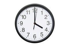 Wanduhr zeigt Zeit 4 Uhr auf weißem lokalisiertem Hintergrund Runde Wanduhr - Vorderansicht Sechzehn Uhr stockbild