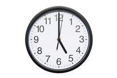 Wanduhr zeigt Zeit 5 Uhr auf weißem lokalisiertem Hintergrund Runde Wanduhr - Vorderansicht Siebzehn Uhr stockbilder