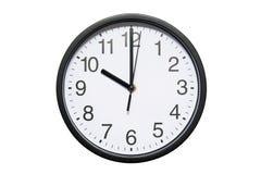Wanduhr zeigt Zeit 10 Uhr auf weißem lokalisiertem Hintergrund Runde Wanduhr - Vorderansicht Zweiundzwanzig Uhr stockbild