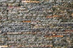 Wandwasserfall mit grauem Ziegelsteinhintergrund Stockbilder