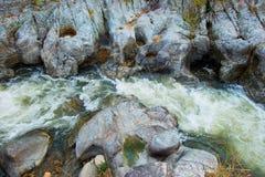 Wang Kwaai Khway Peuak Waterfall in Omkoi, Chiang Mai, Thailand Getijden strenge stroom door het Rotshoekje stock foto's