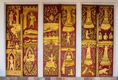 Wang Wiwekaram寺庙, Sangkla b的古老雕刻的木门 免版税图库摄影