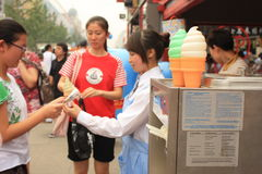 wangfujing kremowy lodowy sprzedawca uliczny Zdjęcie Stock