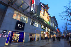 Wangfujing-Straße an der Dämmerung Peking, China Lizenzfreies Stockfoto