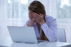 Wanhoops cyberbullying slachtoffer die ogen behandelen stock afbeeldingen