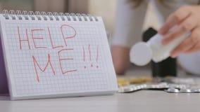 Wanhopig kind in depressie zelfmoord stock footage