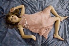 Wanhopig meisje dat op het bed ligt Stock Afbeelding