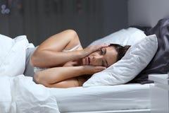Wanhopig meisje die aan slapeloosheid lijden die aan slaap proberen stock foto's