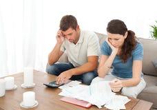 Wanhopig paar dat hun rekeningen doet royalty-vrije stock foto