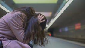 Wanhopige dame die bezorgdheids aan aanval bij metropost lijden, die hulpeloos voelen stock footage