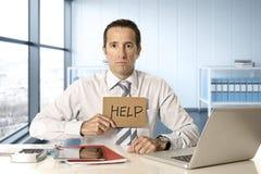 Wanhopige hogere zakenman die in crisis aan computerlaptop bij bureau in spanning onder druk werken royalty-vrije stock afbeelding