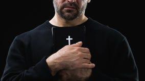 Wanhopige mannelijke zondaar die heilig bijbel, hoop en vergiffenisconcept, close-up koesteren stock video