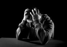 Wanhopige mens die aan emotionele pijn, zorg en diepe depressie lijden Stock Foto