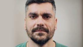 Wanhopige mens die herinnert scheiding met vrouw, close-upgezicht met emotie huilen stock videobeelden