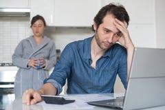 Wanhopige mens die oplossing voor belastingen en rekeningen proberen te vinden stock fotografie
