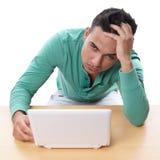 Wanhopige mens met netbook royalty-vrije stock afbeelding