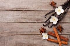 Wanilia wtyka z cynamonem i kwiatem na starym drewnianym tle z kopii przestrzenią dla twój teksta Odgórny widok obrazy stock