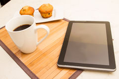 Wanilia z czekoladowych układów scalonych Muffins z filiżanką kawy Zdjęcie Royalty Free
