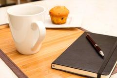 Wanilia z czekoladowych układów scalonych Muffins z filiżanką kawy Fotografia Royalty Free