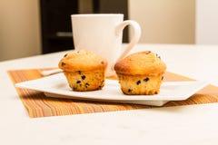 Wanilia z czekoladowych układów scalonych Muffins z filiżanką kawy Obrazy Stock