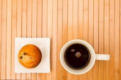 Wanilia z czekoladowych układów scalonych Muffins z filiżanką kawy Zdjęcie Stock