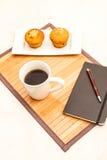 Wanilia z czekoladowych układów scalonych Muffins z filiżanką kawy Obrazy Royalty Free
