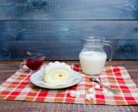 Waniliowa biskwitowa rolka z świeżym mlekiem i truskawkowym dżemem Obrazy Stock