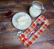 Waniliowa biskwitowa rolka z świeżym mlekiem i truskawkowym dżemem Obraz Royalty Free