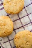 Waniliowe Muffins babeczki z białą czekoladą na ręczniku zdjęcie stock