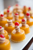 Waniliowego puddingu whit czerwieni berryes Obraz Royalty Free
