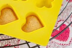 Waniliowi gąbka torta serca w żółtym krzemu pleśnieją Obrazy Royalty Free