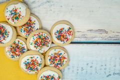 Waniliowy biel frosted domowej roboty cukrowych ciastka wypiętrzających na błękicie zaleca się fotografia stock