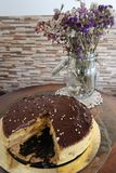 Waniliowy i czekoladowy tort z kwiatami zdjęcia royalty free