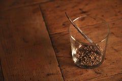 Waniliowy kij odizolowywający na drewnianym stole Fotografia Stock