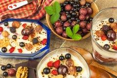 Waniliowy pudding z lato owoc na drewnianym stole Zdrowy przekąszać dla dzieciaków Zdjęcie Stock