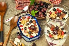 Waniliowy pudding z lato owoc na drewnianym stole Zdrowy przekąszać dla dzieciaków Obraz Royalty Free