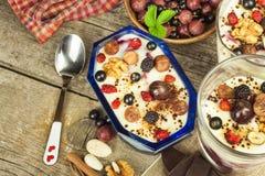 Waniliowy pudding z lato owoc na drewnianym stole Zdrowy przekąszać dla dzieciaków Zdjęcia Royalty Free