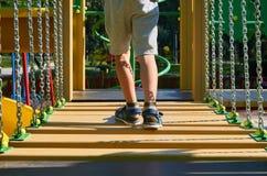 wankelende stappen voor kinderen in de openbare speelplaats met kid& x27; s been royalty-vrije stock fotografie