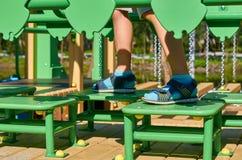wankelende stappen voor kinderen in de openbare speelplaats met kid& x27; s been stock afbeeldingen