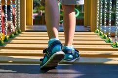 wankelende stappen voor kinderen in de openbare speelplaats met kid& x27; s been royalty-vrije stock foto
