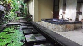 Wanna w tropikalnym ogródzie pod otwartym niebem zbiory wideo