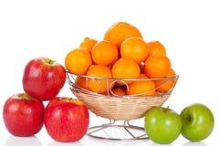 Wanne Äpfel und Orangen auf Weiß Stockfotografie