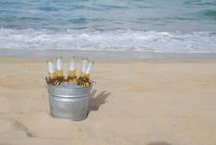 Wanne eiskaltes Bier auf dem Strand Stockbilder