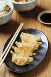 Wanne-gebratenes gyoza mit eintauchender Soße Stockbild