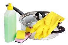 Wanne, Gummihandschuhe, Reinigungsflüssigkeit und Schwämme lizenzfreies stockfoto